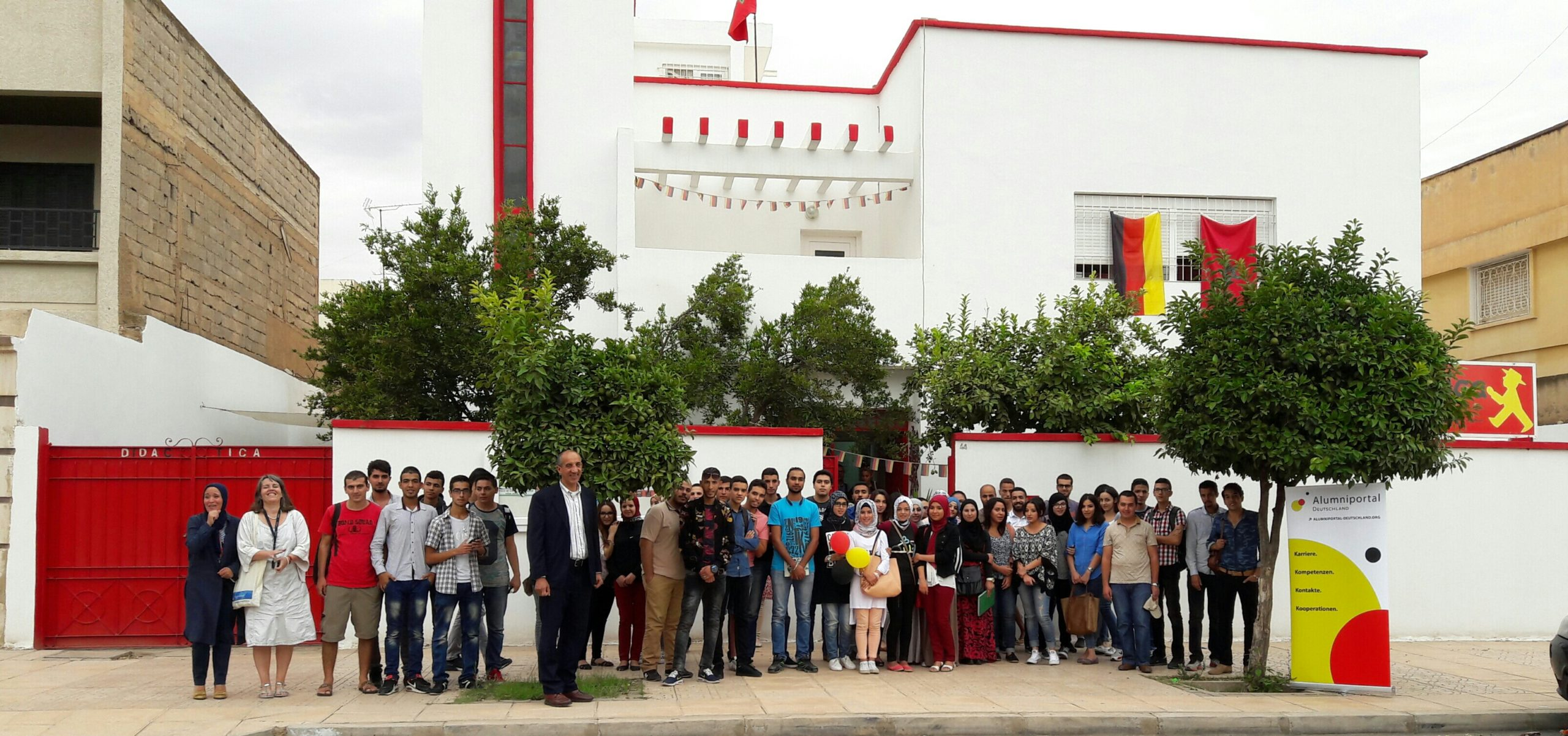 Schüler*innen bie Veranstaltung vor der Schule